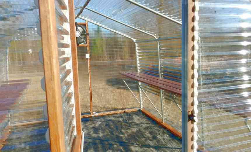 Polycarbonate greenhouse with benches